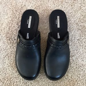Clark's 6M black Leisa Carly leather mules .